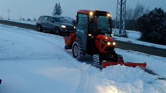Sněhová nadílka napříč Českem. Řidiče překvapil sníh a náledí