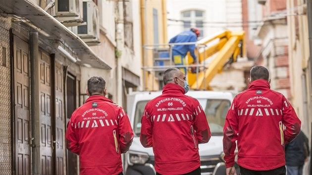 Třistakilového Francouze vyprostili z domu. Nasadili jeřáb, strhli zeď