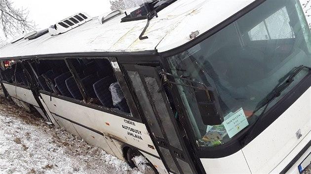 Pod autobusem s dětmi se utrhla krajnice, zraněných je přes dvacet