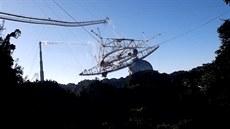 Obří teleskop Arecibo končí. Zřítila se jeho plošina