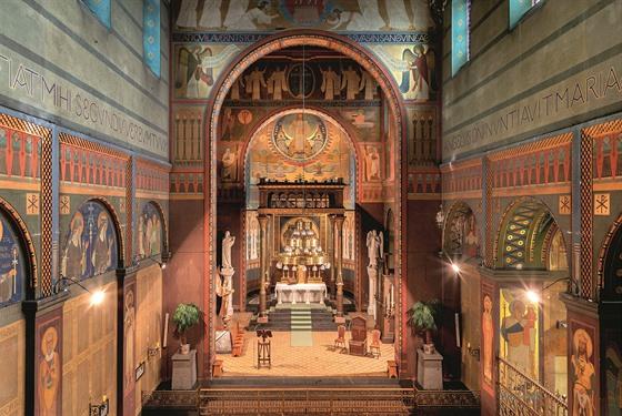 Interiér kostela. Obdivovat krásné původní fresky a jedinečnou beuronskou...
