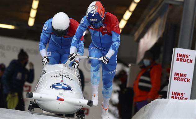 Čeští bobisté Dominik Dvořák s Jakub Nosek na startu jízdy na Světovém poháru  v Innsbrucku.