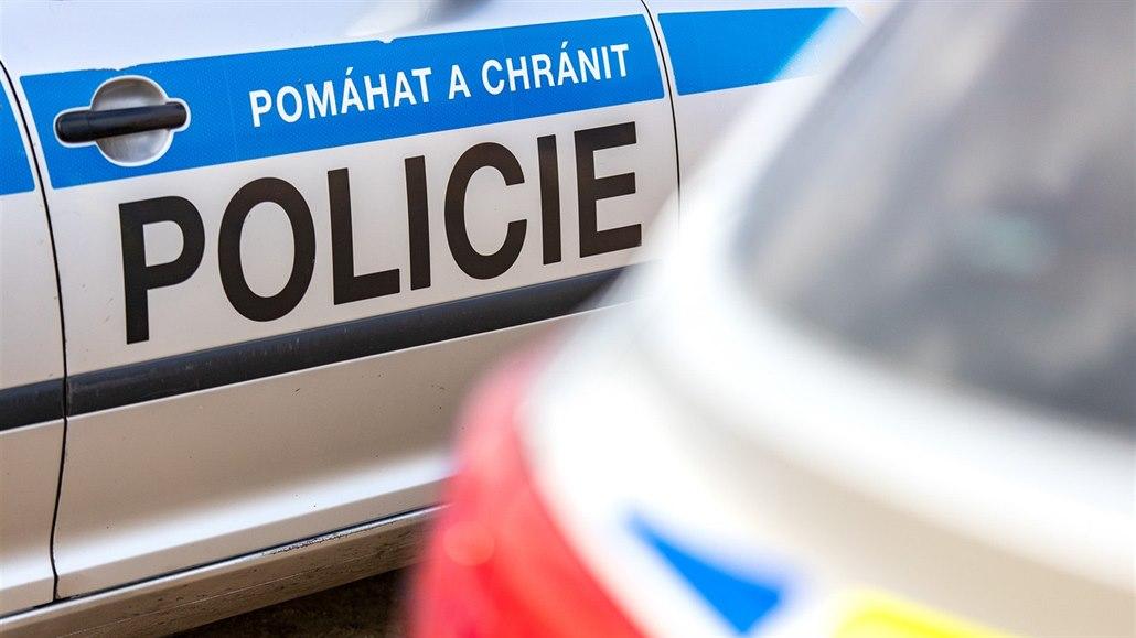 Muž ujel polským policistům, v Česku jej našli schovaného pod postýlkou