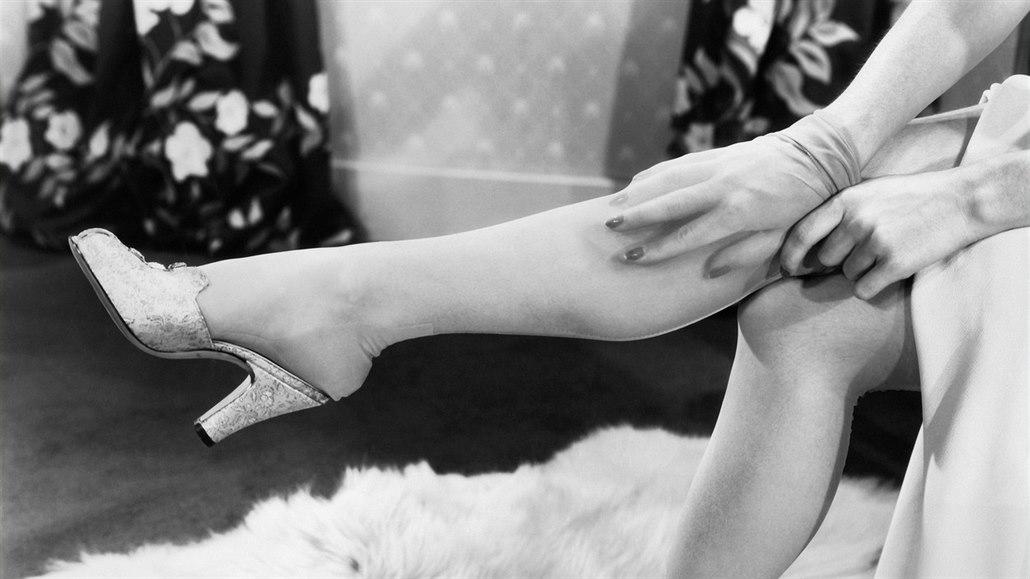 Když došly nylonky, Mandlová si nohy natírala krémem a kreslila šev