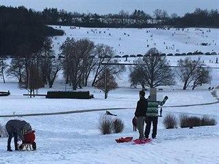 Údolí, kde stávaly Lidice, v neděli 17. ledna 2021. Desítky aut zaparkovaly...