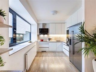 Nábytek ve vysokém lesku je z typové série Kuchyně Gorenje stejně jako deska...