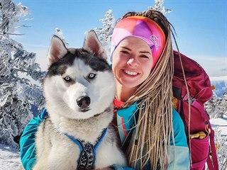 Na trailech jí dělá společnost už i její pes Marvel.