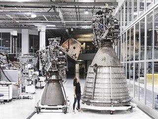 První vyrobený vakuový Raptor (vpravo) a srovnání velikosti s atmosférickou...