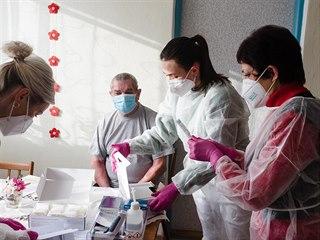 Seniory v Popovicích očkovali proti covidu-19 přímo v jejich domácnostech....