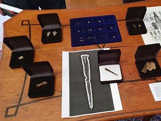 Celkový pohled na zlaté a stříbrné předměty nalezené v Milevsku.