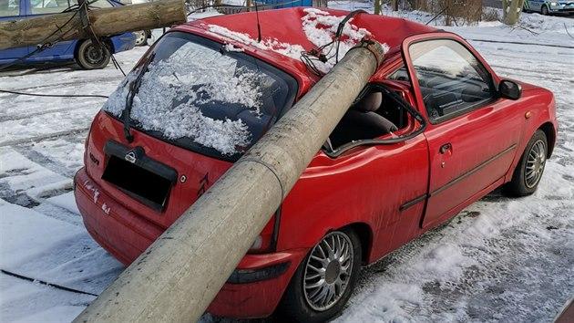 Nákladní auto s mechanickım ramenem strhlo ve Vysokém Mıtì elektrické sloupy i s vedením. Jeden z nich spadl na èervenı Nissan Micra.