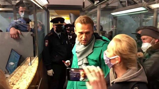 Navalného zatkla ruská policie při pasové kontrole