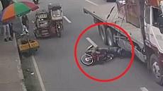 Motorkář spadl přímo pod kola projíždějícího kamionu