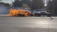 Přívěs u vozu se během jízdy ocitl v plamenech