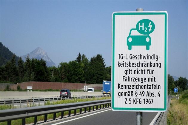 Po rakouských dálnicích mohou jezdit rychleji už i elektromobilisté z Česka