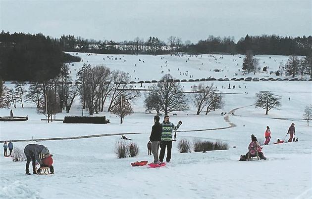 Nasněží, a někteří přestávají  respektovat pietu i majetek