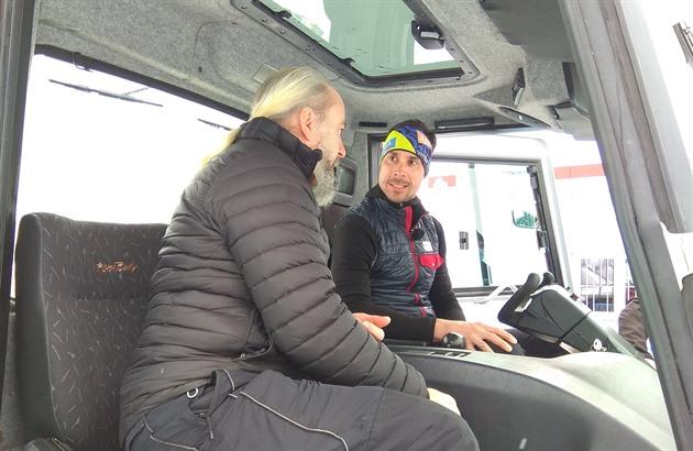 Bohumil Jahn (vpravo) přijímá rady od zkušeného rolbaře Lubomíra Mrázika. V okolí Frymburka nyní upravuje zhruba 18 kilometrů stop pro běžkaře