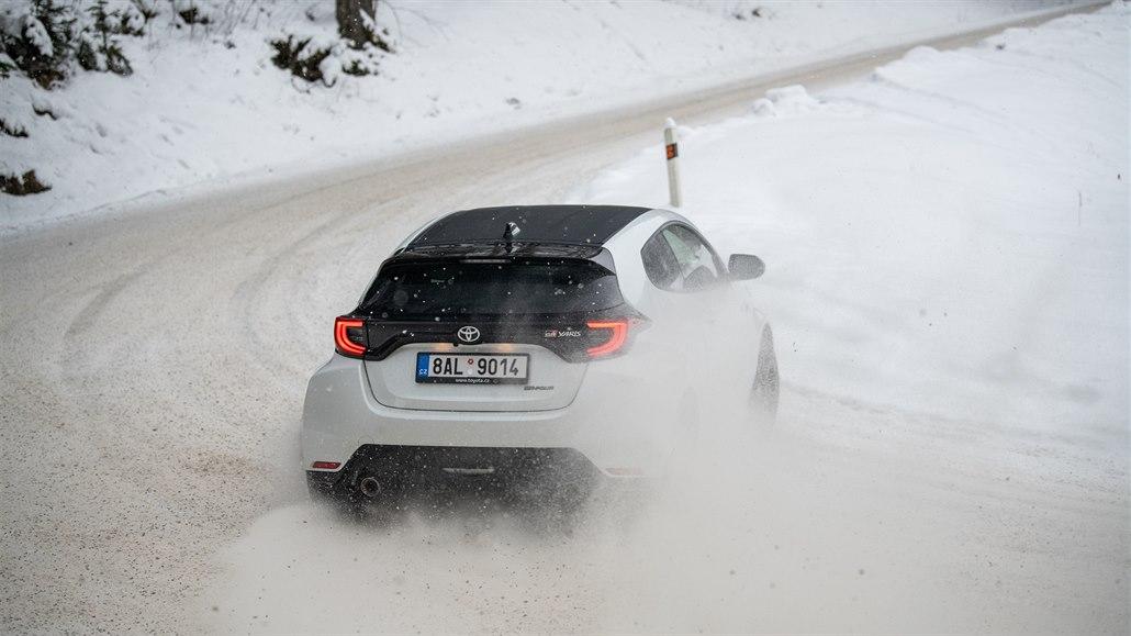 Rallyové klouzání na sněhu s fantastickým yarisem