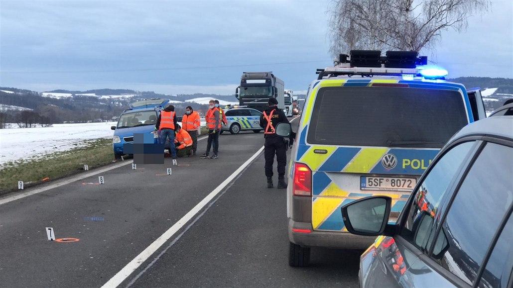 Řidič srazil muže měnícího kolo auta a ujel, za pár hodin se sám přihlásil