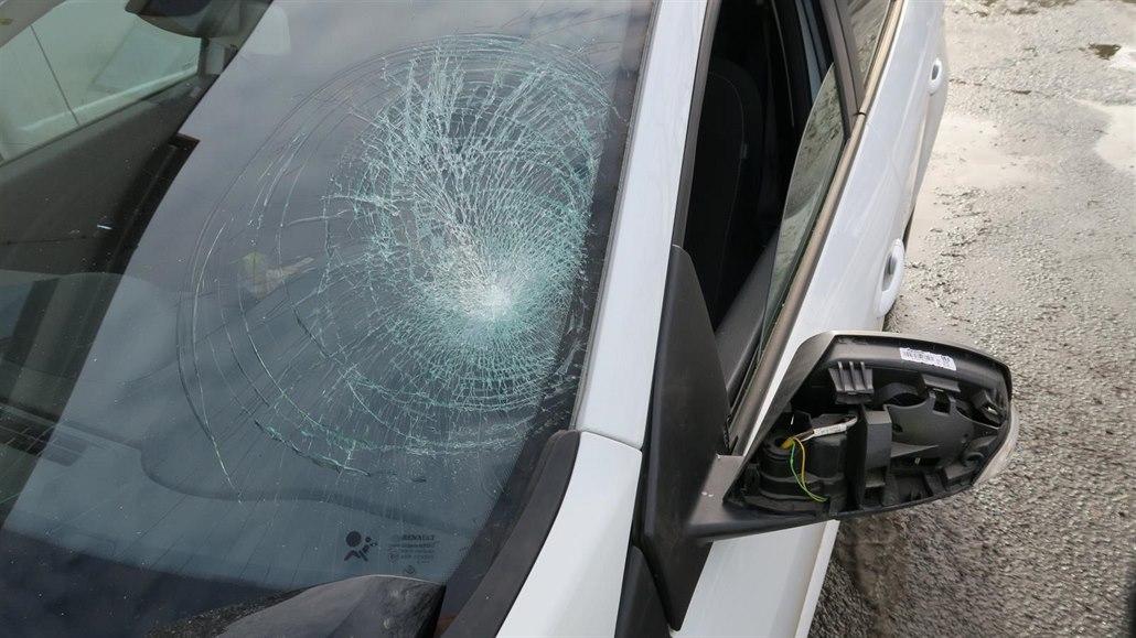 Opilý popelář seskočil ze stupačky na čelní sklo projíždějícího auta