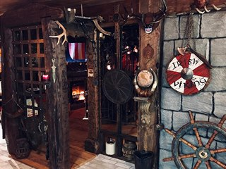 Interiér je posetý vikingskými rohy a dalšími artefakty, které jsou pro Vikingy...