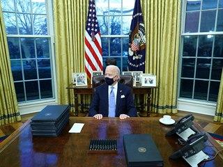 Joe Biden podepsal řadu exekutivních příkazů, které zvrátí některá Trumpova...
