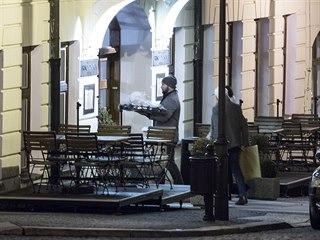 Jiří Šlégr vstupuje do teplického hotelu Prince de Ligne, doprovází ho mimo...