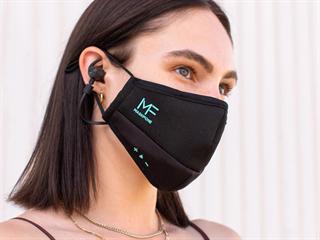 Maska se sluchátky, mikrofonem, tlačítky ... a kapsičkou na filtr.