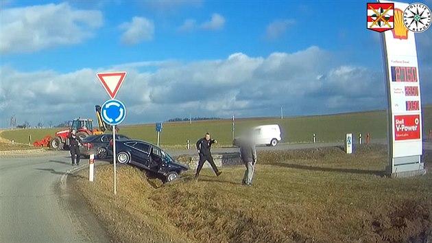 Řidič jel obcemi stočtyřicítkou, na kruhovém objezdu havaroval
