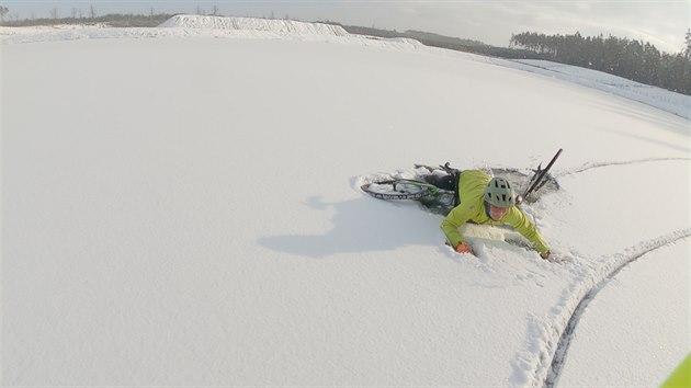 Pod cyklisty na endurech se probořil led na zamrzlém písníku