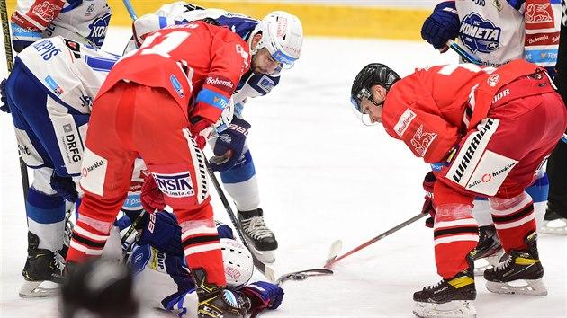 Hráèi se sklánìjí nad zranìnım Silvestrem Kuskem z Brna.