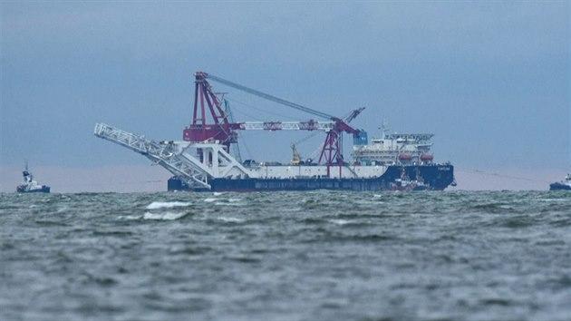 Ruská loď dokončuje kontroverzní plynovod