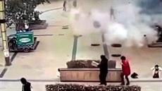 Dítě hodilo hořící petardu do kanálu. Poklopy letěly