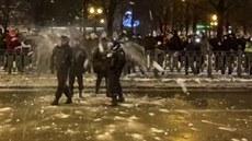 Demonstranti útočili na policisty sněhovými koulemi