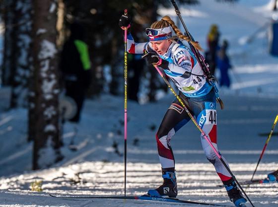 Markéta Davidová běží stíhací závod na mistrovství světa v Pokljuce.