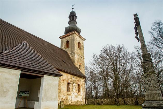 Památka stojí na kopci nad vesnicí Klení, která spadá pod Benešov nad Černou. Stavbu obklopuje kamenná zeď.