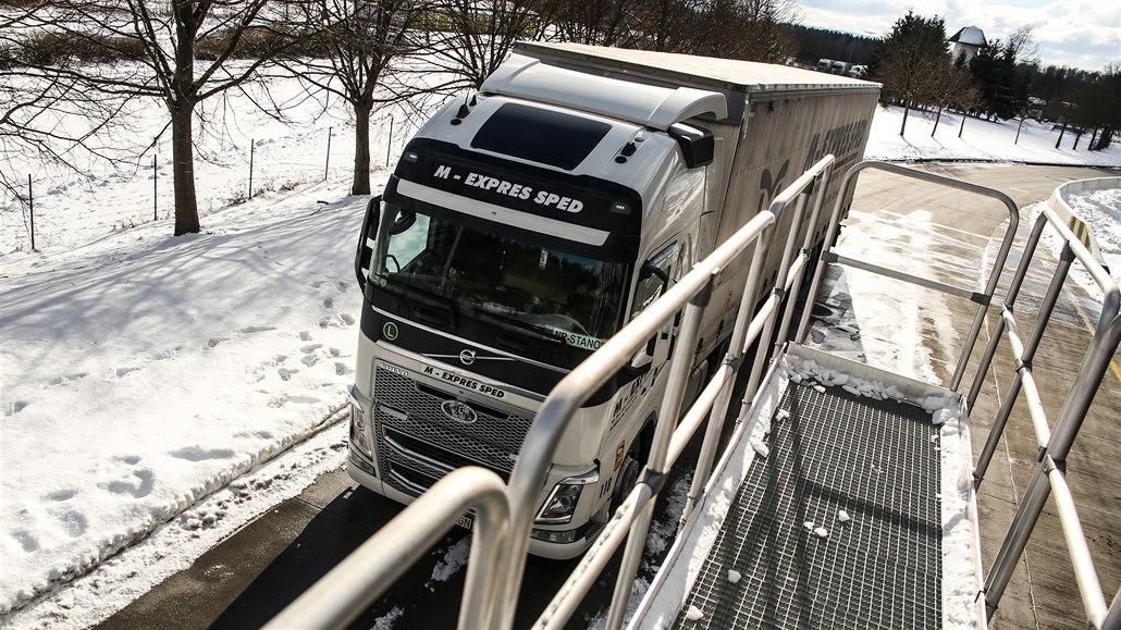 Na Rozvadově testují rampu na odstranění sněhu z kamionů, je jediná v Česku