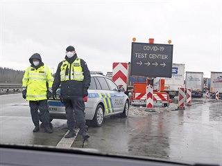 Na koronavirový test, který je nutný ke vstupu do Německa, čekali na přechodu v...
