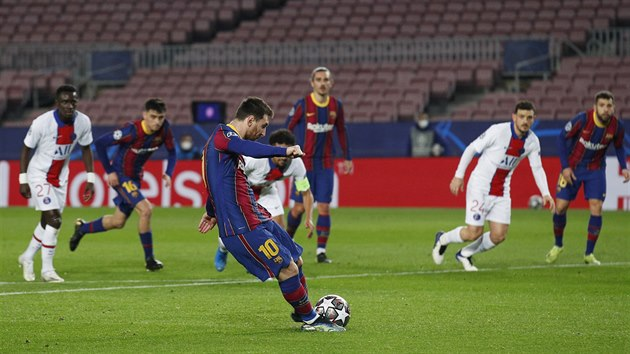 Lionel Messi posílá Barcelonu do vedení nad Paris St. Germain z penalty.