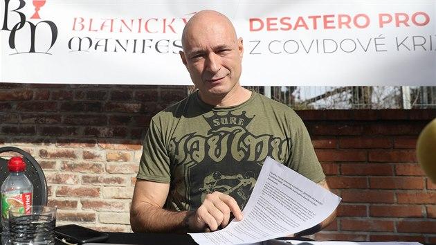 Zpěvák Daniel Landa spolu s vakcinologem Jiřím Beranem představili desetibodový plán na záchranu Česka. (18. února 2021)