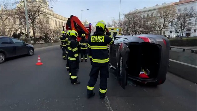 U Muzea skončilo auto na boku, hasiči museli k vyproštění použít jeřáb
