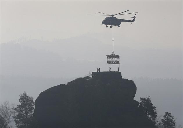 Mariinu skálu u Jetřichovic opět korunuje altán, vynesl ho tam vrtulník