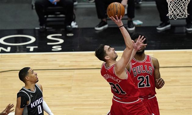 Basketbalisté Chicaga vyhráli v Sacramentu, Satoranský přispěl deseti body