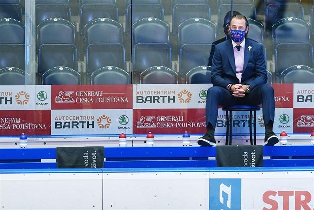 Českobudějovický trenér Václav Prospal přemýšlí o hokeji.