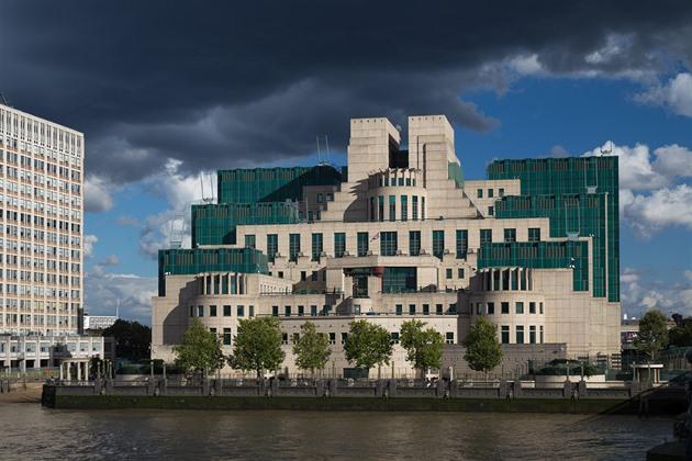 """Britská """"královna špionek"""" varovala Jelcina před útokem KGB na parlament"""