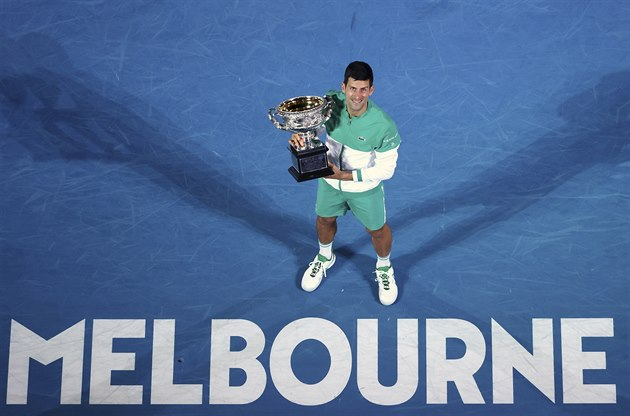 Srb Novak Djokovič pózuje s trofejí pro šampiona Australian Open.
