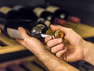 Archivní vína skladujte vždy tak, aby nezůstaly korky suché.