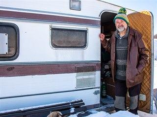 Nejslavnější řidič fekálního vozu v republice nyní přežívá ve starém karavanu.