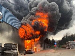 S plameny bojovalo přes dvacet jednotek hasičů.