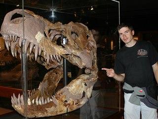 Paleontolog Vladimír Socha u největší lebky tyranosaura Rexe.